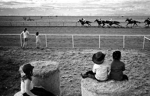 1st prize Sports Features Singles,Andrew Quilty, Australia, Oculi for Australian Financial Review Magazine,Children watch horses compete at Maxwelton races, Australia
